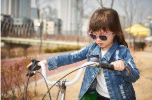 Okulary przeciwsłoneczne dzieci 4 10lat UV400 BANZ zmieniajace kolor biało niebieskie